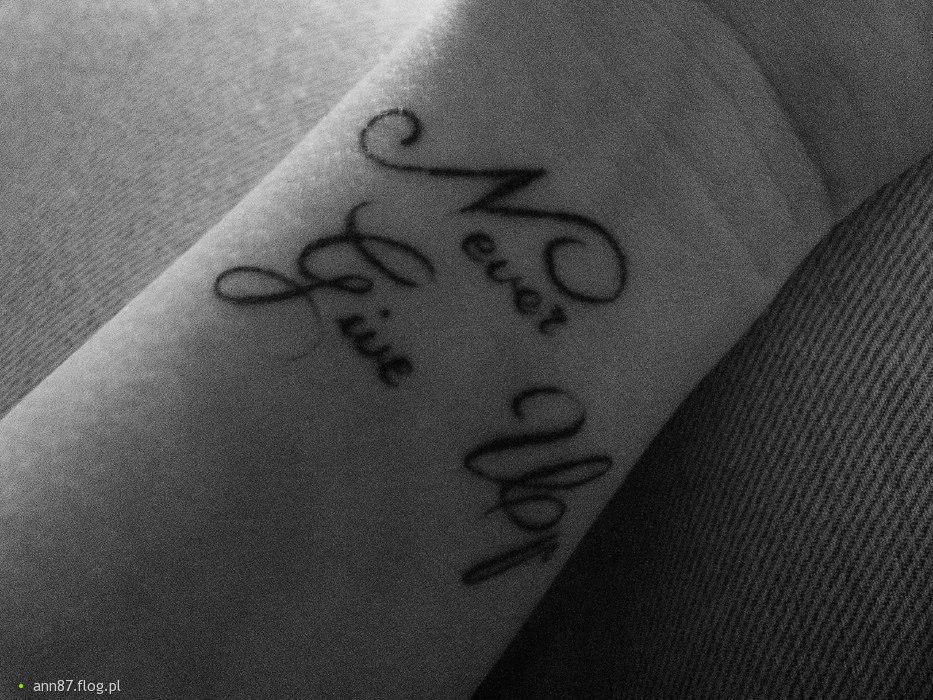 Tatuaż- Never give up (nadgarstek)