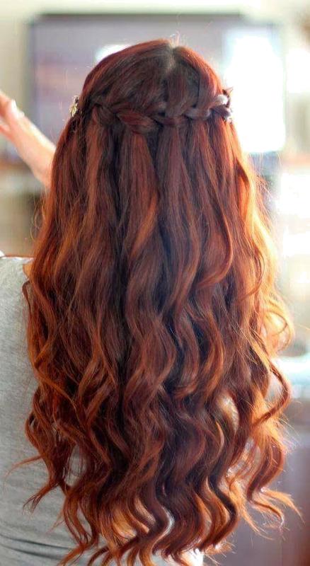 włosy lekko kręcone