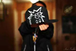 czarna czapka z wzorem